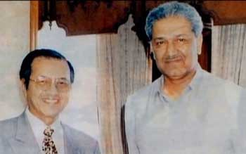 A. Q: Khan (right) and Mahathir bin Mohamad, Prime Minister of Malaysia from 1981 to 2003 (left).