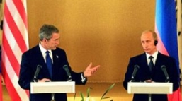 Bush and Putin at a Kremlin news conference announcing the SORT signing.
