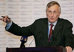 Reporter Seymour Hersh speaking at a 2007 forum on the media in Doha, Qatar.